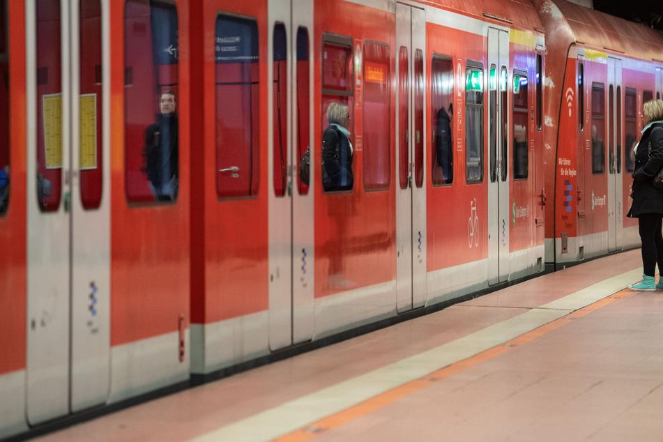 Eine S-Bahn steht gegen halb acht am Morgen in der Haltestelle am Hauptbahnhof in Stuttgart.