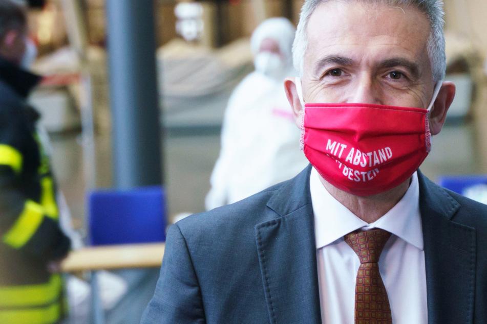 Das Foto vom 6. Dezember zeigt den Frankfurter Oberbürgermeister Peter Feldmann (SPD, 62) mit Corona-Maske.