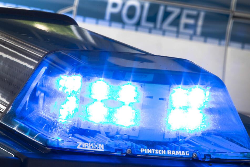 Ein Blaulicht leuchtet auf dem Dach eines Streifenwagens. Die Polizei bittet bei der Suche nach dem Vermissten um Hinweise aus der Bevölkerung. (Symbolfoto)