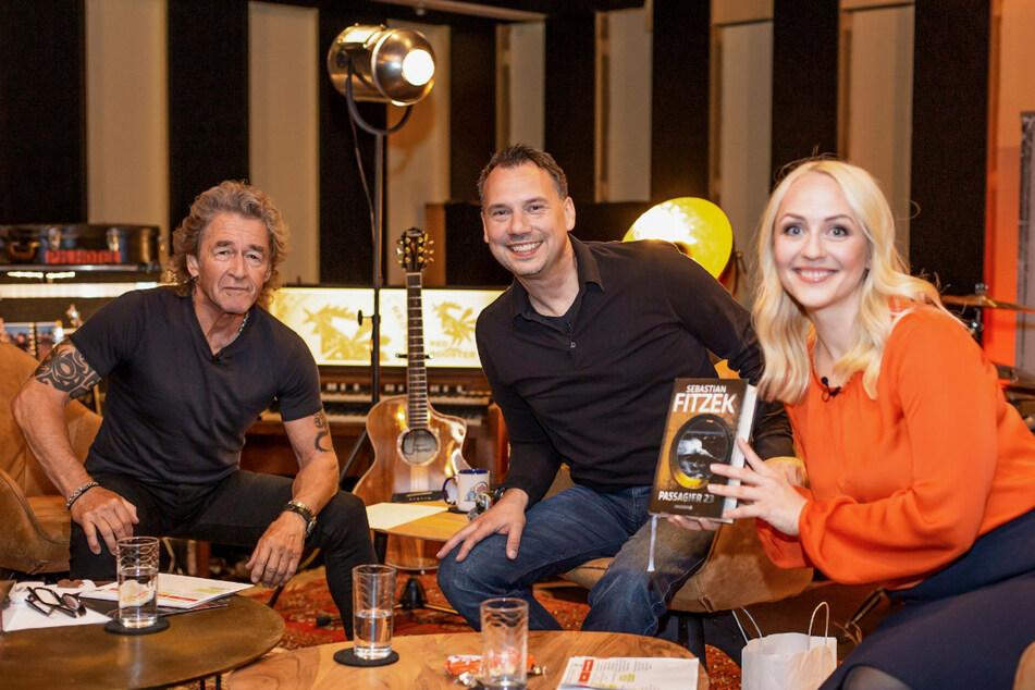 Ein Erinnerungs-Foto aus dem Talkstudio: Hier freuten sich Peter Maffay (72) und Henriette Fee Grützner (33) über den Besuch von Bestseller-Autor Sebastian Fitzek (49).