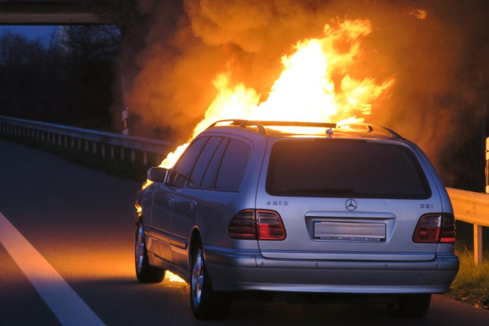 Die Flammen schlugen aus dem Motorraum des Mercedes hervor.