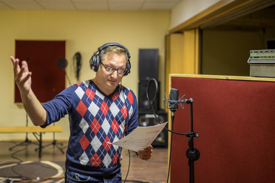 Im EOR Media Studio spricht Inhaber Mitko Kobilarov (50) Audios für einen Werbe-Spot ein.