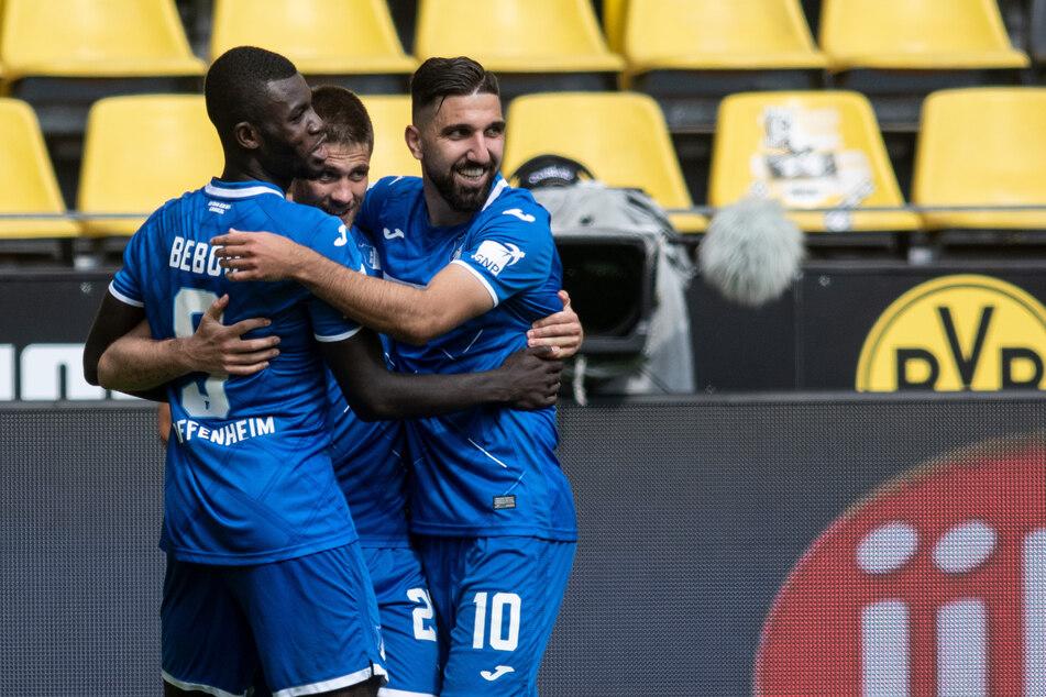 Andrej Kramaric von Hoffenheim (M) jubelt mit Ihlas Bebou (l) und Munas Dabbur über seinen Treffer zum 3:0.
