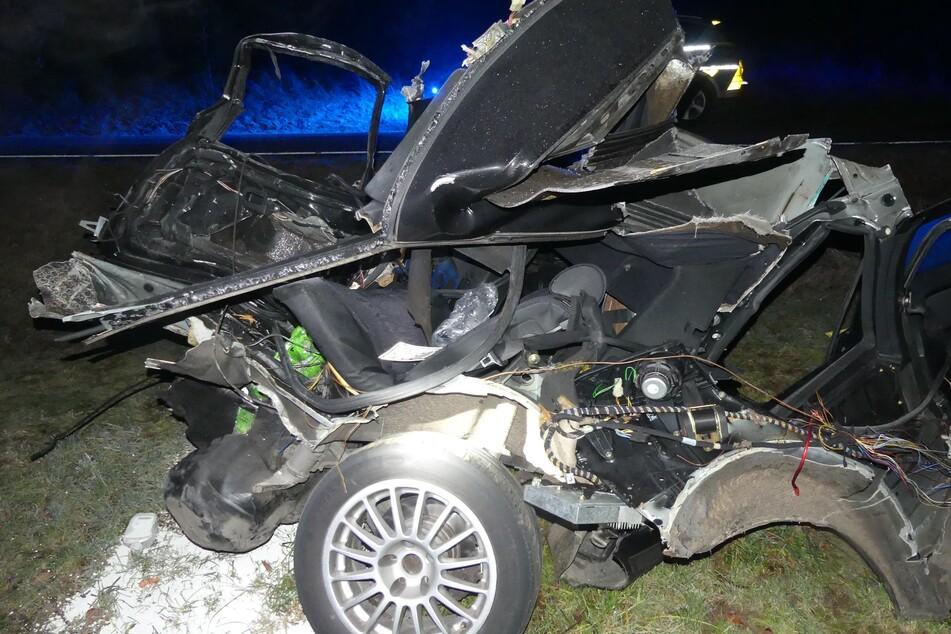 Die Feuerwehr rettete den Fahrer aus dem völlig zerstörten Unfallwagen.