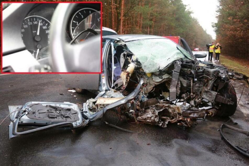 Tacho-Nadel steht nach diesem Crash bei 160 km/h
