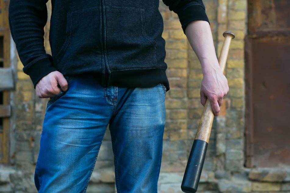 Jugendliche Randalierer ziehen mit Baseball-Schläger durch Stadt