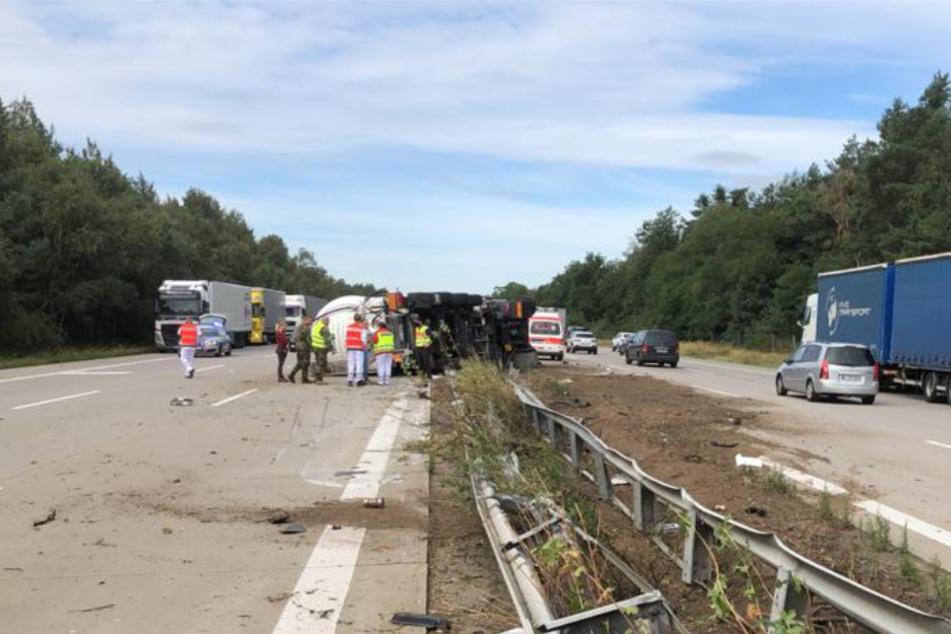 Mittelleitplanke durchbrochen: Lastwagenfahrer auf A2 verletzt!