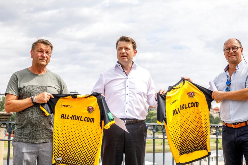 Dynamo-Idol Dixi Dörner (69) und Präsident Holger Scholze (49) unterstützen Dirk Ebersbach (56, v.l.n.r.) und den Förderverein bei der Dampferrettung.