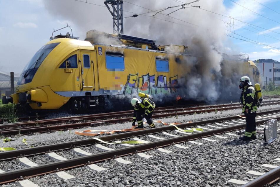 Brennender Zug fährt führerlos auf offener Strecke!
