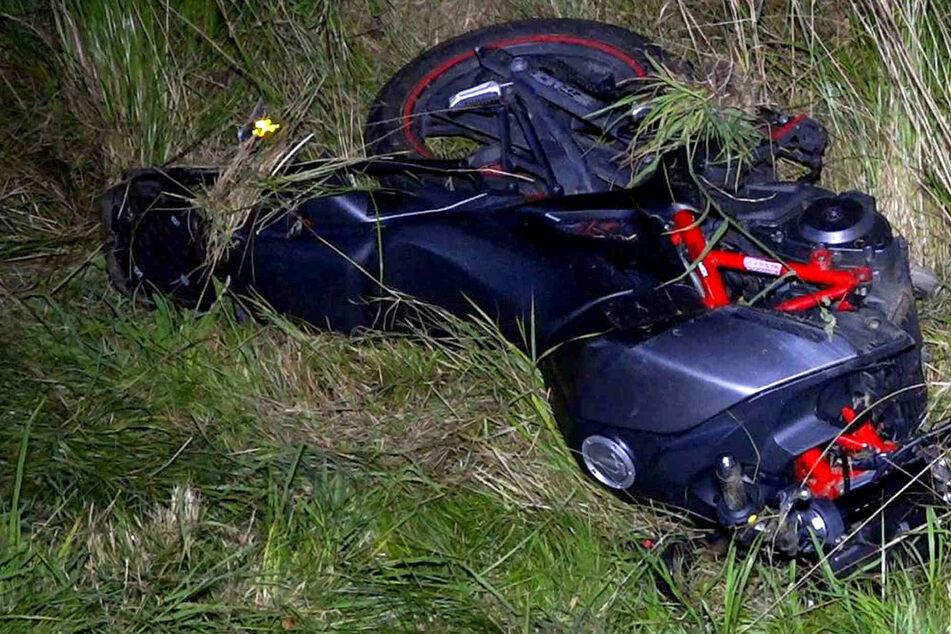 Schwerer Motorradunfall: Biker stürzen in Straßengraben und werden dabei verletzt