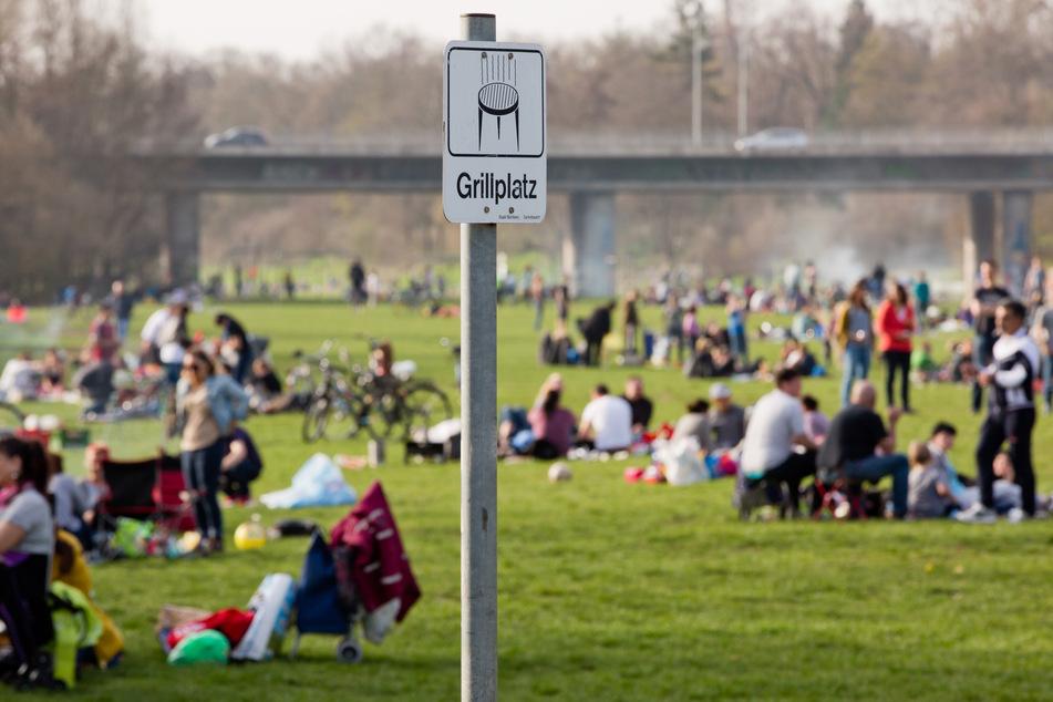 """""""Grillplatz"""" ist auf einem Schild am öffentlichen Grillplatz am Pegnitzgrund in Nürnberg zu lesen."""