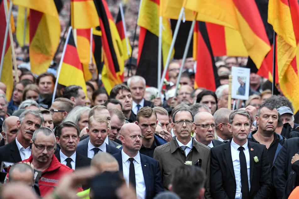 AfD-Funktioniäre wie Björn Höcke (vorne rechts) laufen bei einer Kundgebung der rechtspopulistischen Bürgerbewegung Pro Chemnitz mit.