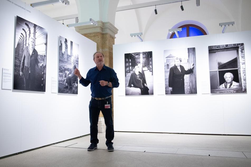Der Regensburger Fotograf Stefan Hanke (60) zeigt seine Bilder im Ausstellungsraum.