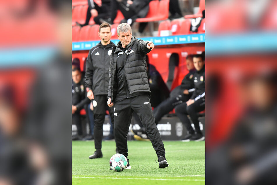 Friedhelm Funkel (67) hat in der vergangenen Woche den Trainerposten beim 1. FC Köln übernommen, stand bereits gegen Leverkusen an der Seitenlinie.