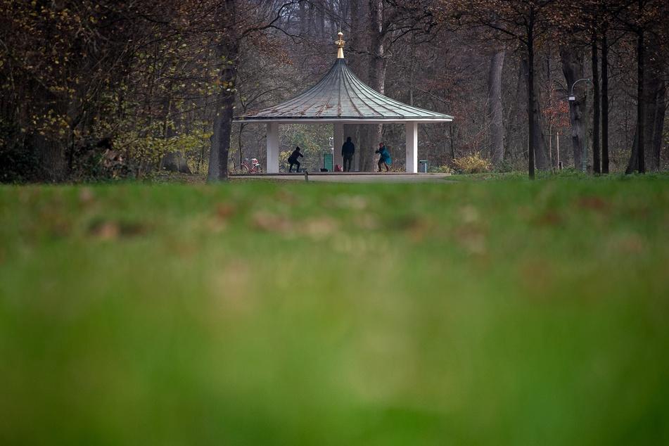 Das Wetter wird heiter: Sportler machen unter einem Pavillon im Bürgerpark in Bremen ihre Übungen.