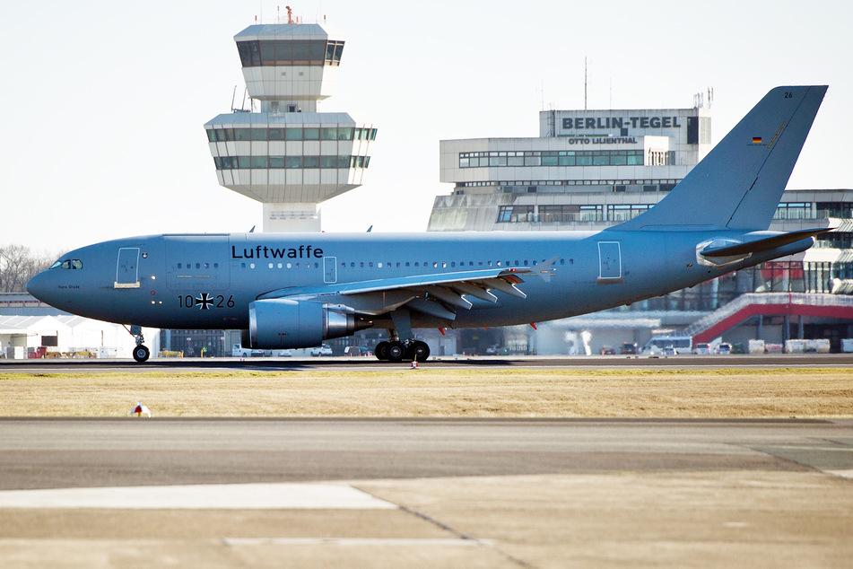 """Der Airbus A310 """"Hans Grade"""" der Luftwaffe landet auf dem militärischen Teil des Flughafens Tegel."""