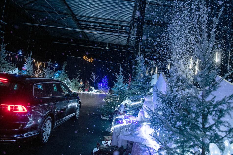 In Kalkar ist ein Drive-In Weihnachtsmarkt eröffnet worden. Mit dem Auto können Besucher dann kontaktlos verschiedene weihnachtliche Stationen im Park im Auto anfahren.