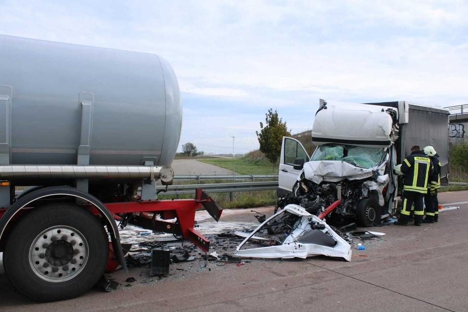 Der Kleintransporter fuhr dem Lkw mit voller Wucht auf.