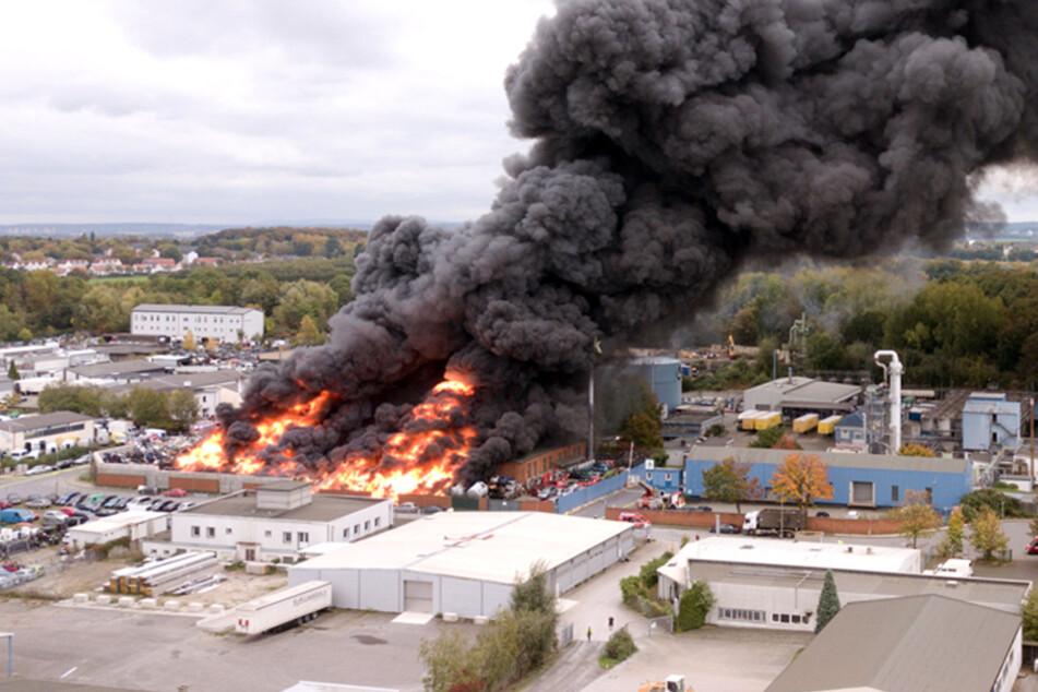 Monströse Rauchwolke über Schrottplatz in Bochum: Was brennt hier?