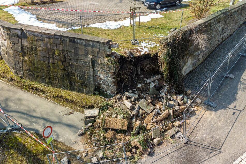 Ein Teil der Schlossmauer in Falkenstein stürzte ein.