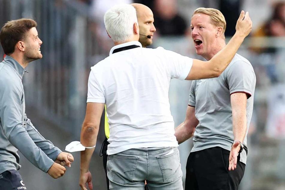 St.-Pauli-Trainer Timo Schultz (42, rechts) jubelt nach Abpfiff mit Sport-Chef Andreas Bornemann (49, Mitte) und Co-Trianer Fabian Hürzeler (28) über den Derby-Sieg.