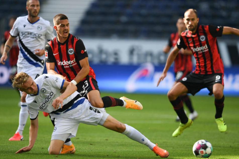Bas Dost (r.), André Silva (2.v.r.) und der gesamte nEintracht-Offensive fehlte es gegen Arminia Bielefeld an Effizienz.