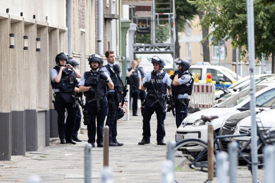 Zahlreiche stark bewaffnete Polizisten sicherten den Tatort ab.