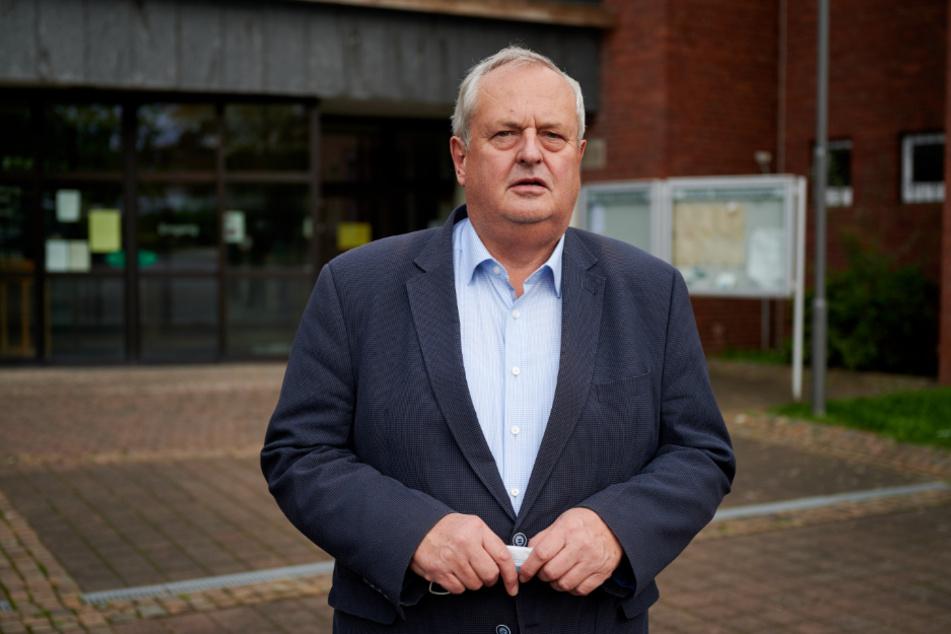 Willi Linkens, Bürgermeister von Baesweiler (67, CDU), steht vor dem Rathaus. Die Sieben-Tage-Inzidenz liegt in diesem Ort zur Zeit bei 321.