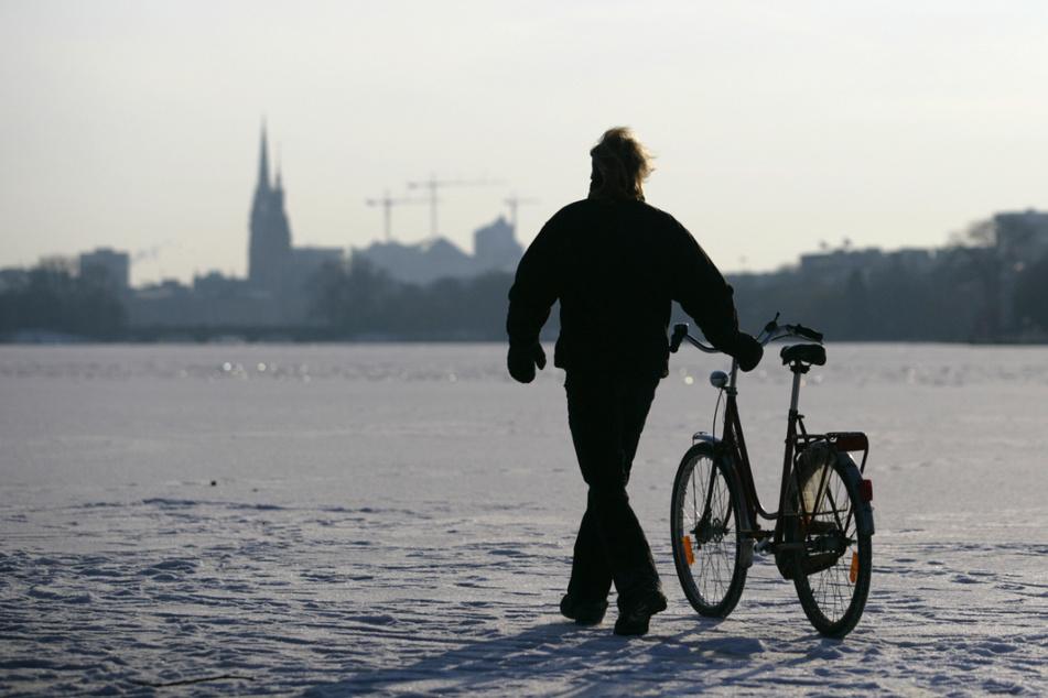 Mit dem Fahrrad über die zugefrorene Außenalster: Das war am 5. Februar 2012 möglich. Inzwischen ist Frost Mangelware.