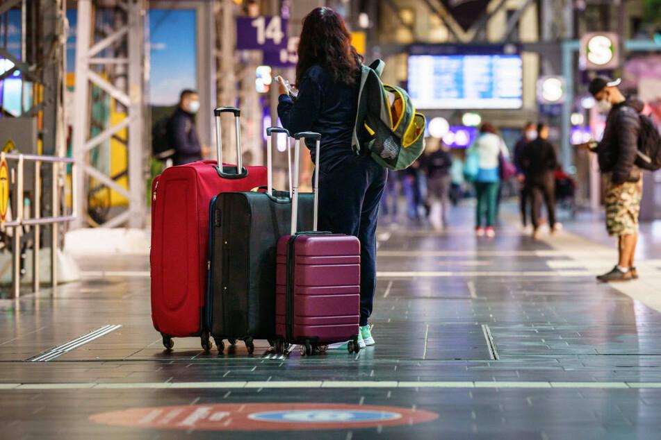 Reisende warten am Hauptbahnhof Frankfurt auf den nächsten Zug. Laut Ankündigung der GDL soll der Streik Dienstagfrüh um 2 Uhr enden.
