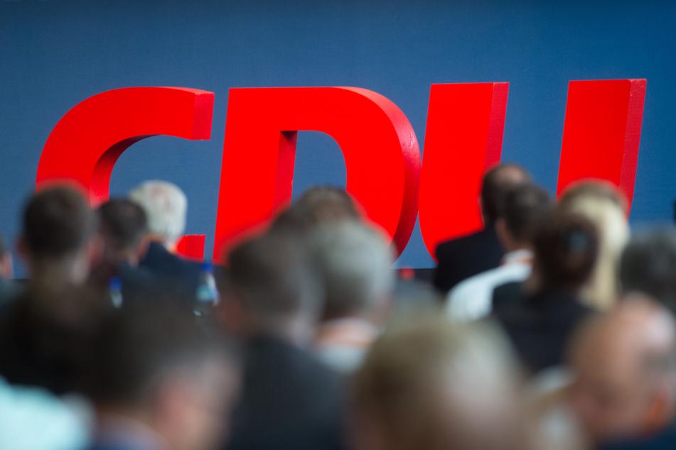 Der für den 4. Dezember 2020 geplante Präsenzparteitag der CDU zur Wahl eines neuen Parteivorsitzenden ist vom Tisch. Das erfuhr die Deutsche Presse-Agentur am Sonntagabend (25.10.2020) nach gut fünfstündigen Beratungen der engsten Parteispitze in Berlin.