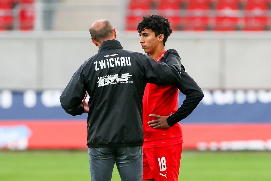 FSV-Coach Joe Enochs (50) hat Landsmann Johan Gomez (20) unter seine Fittiche genommen.
