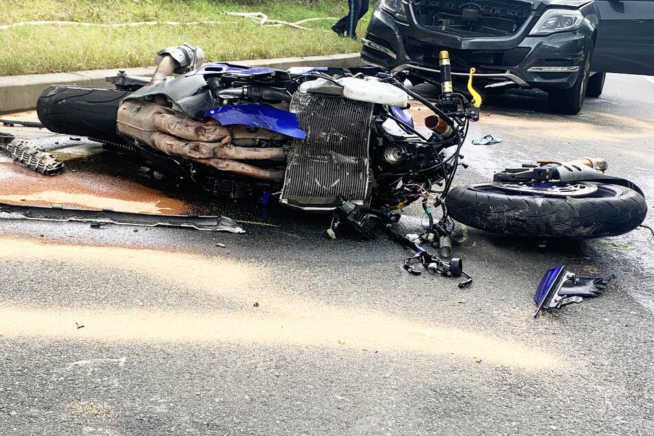 Tödlicher Unfall: Bikerin verliert Kontrolle über Maschine, rutscht in Leitplanke