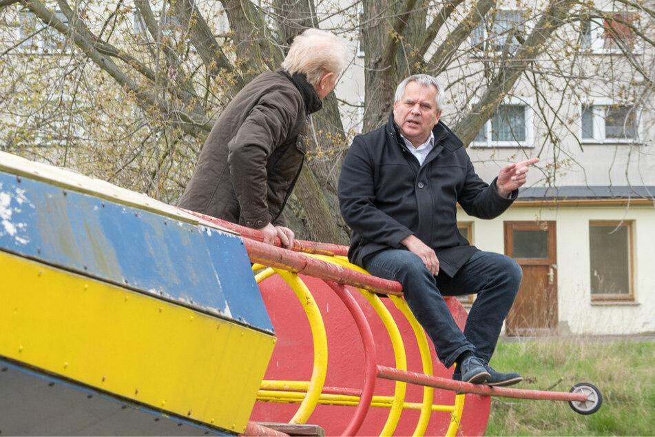 """Gespräch der beiden auf der alten maroden Rakete, die seit Jahren """"außer Gefecht"""" ist."""