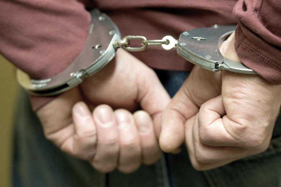 Nach zahlreichen Hinweisen aus der Bevölkerung klickten die Handschellen: Die Polizei war einem 38-jährigen Mann aus Venezuela auf die Schliche gekommen. (Symbolbild)