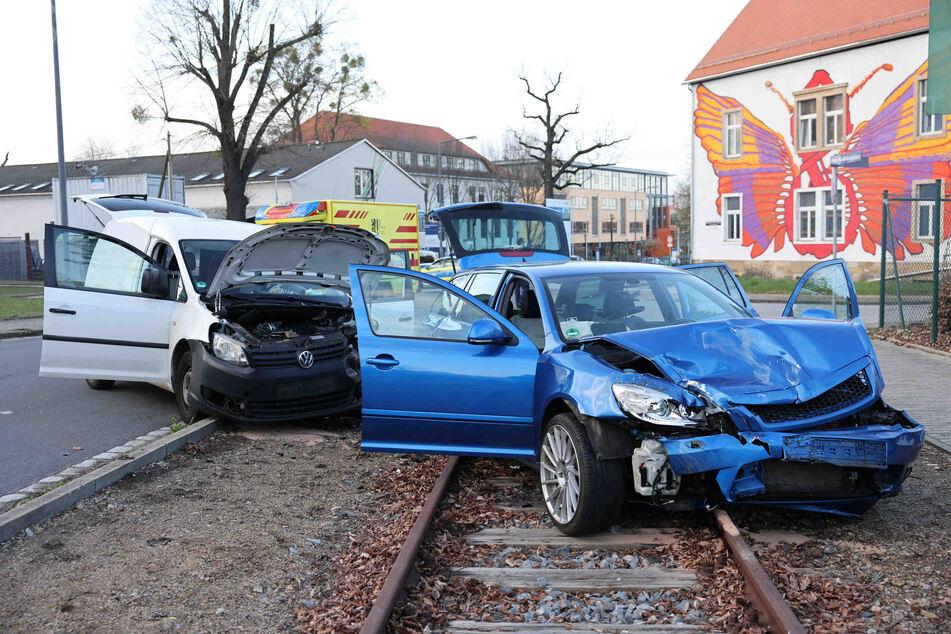 Sowohl der blaue Skoda als auch der weiße VW bekamen bei dem Zusammenstoß einiges an Schäden ab.