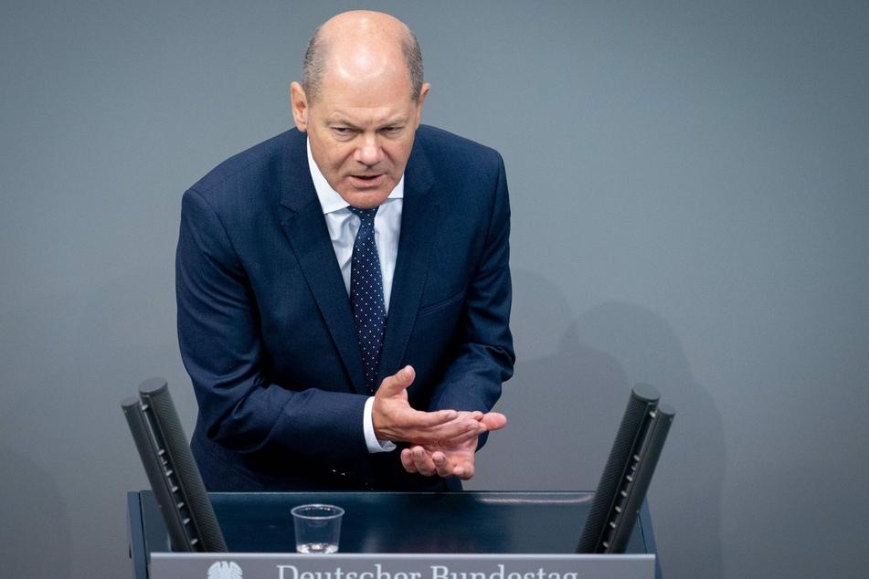 2. Juli, Berlin: Olaf Scholz (SPD), Bundesminister der Finanzen, spricht bei der 170. Sitzung des Bundestages zu den Abgeordneten. Auf der Tagesordnung stehen unter anderem die Verabschiedung eines zweiten Nachtragshaushalts und die Grundrente.