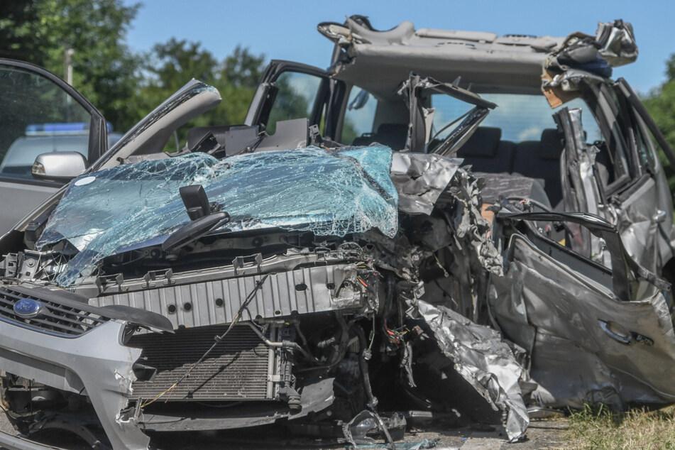 Heftiger Crash: Zwei Menschen mit Rettungs-Heli in Klinik geflogen