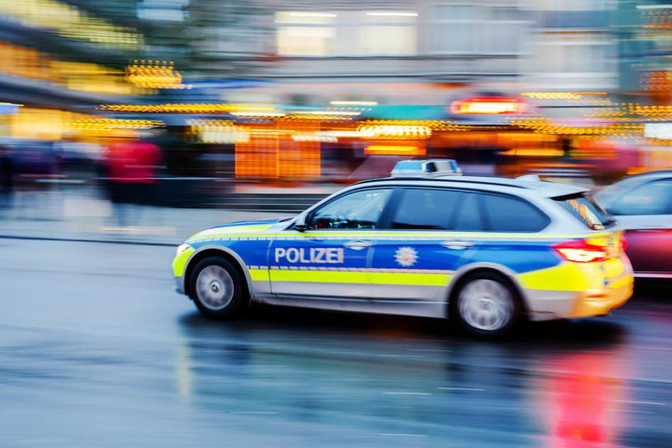 Die Polizei fährt zu einem Einsatz. (Symbolbild)