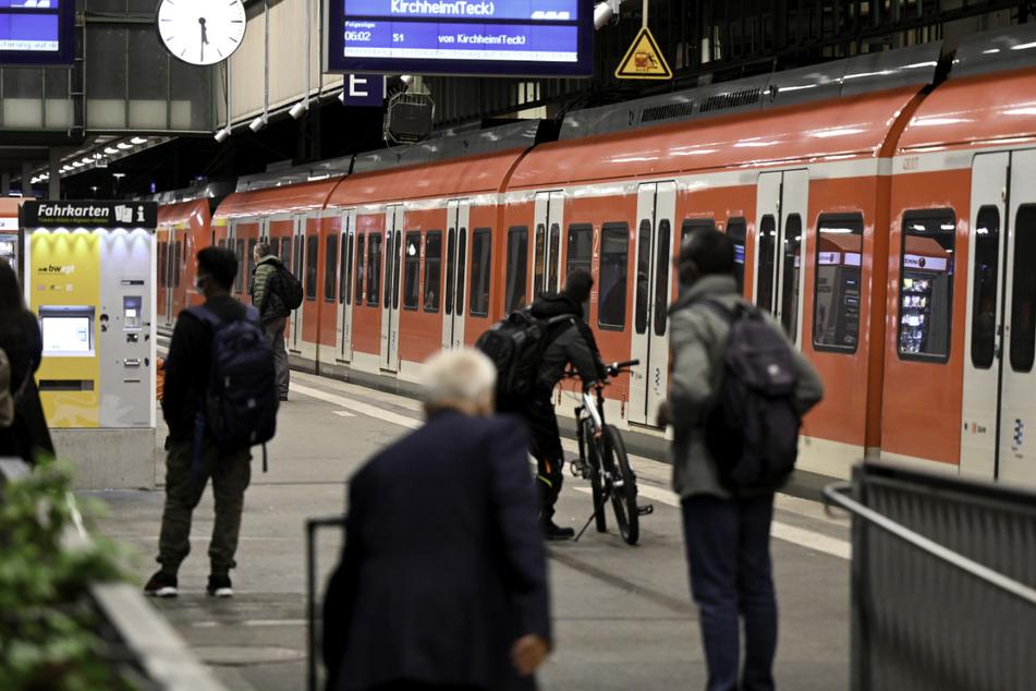 Geduld ist gefragt: Reisende warten auf dem Bahnhof in Stuttgart auf ihren Zug.
