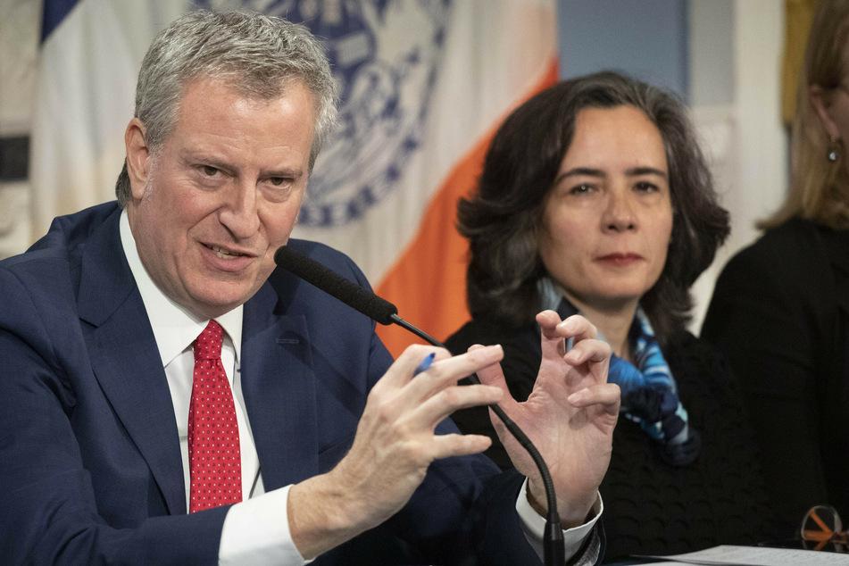 Bill de Blasio, Bürgermeister von New York, und Oxiris Barbot, Gesundheits-Kommissarin von New York, während einer Pressekonferenz.