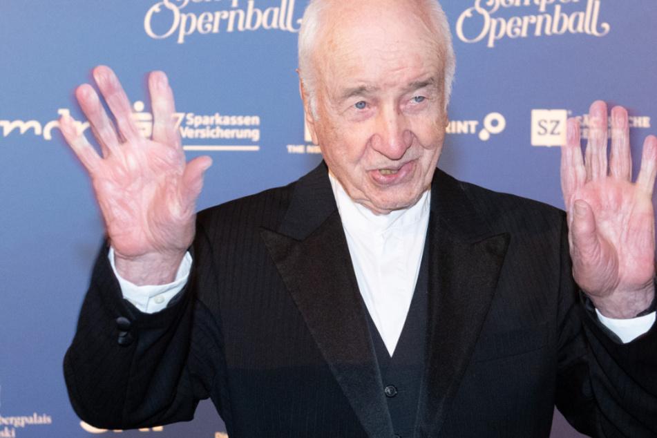 Armin Mueller-Stahl kommt auf zu dem Empfang im Hotel Taschenbergpalais Kempinski im Vorfeld des 15. Semperopernballs.