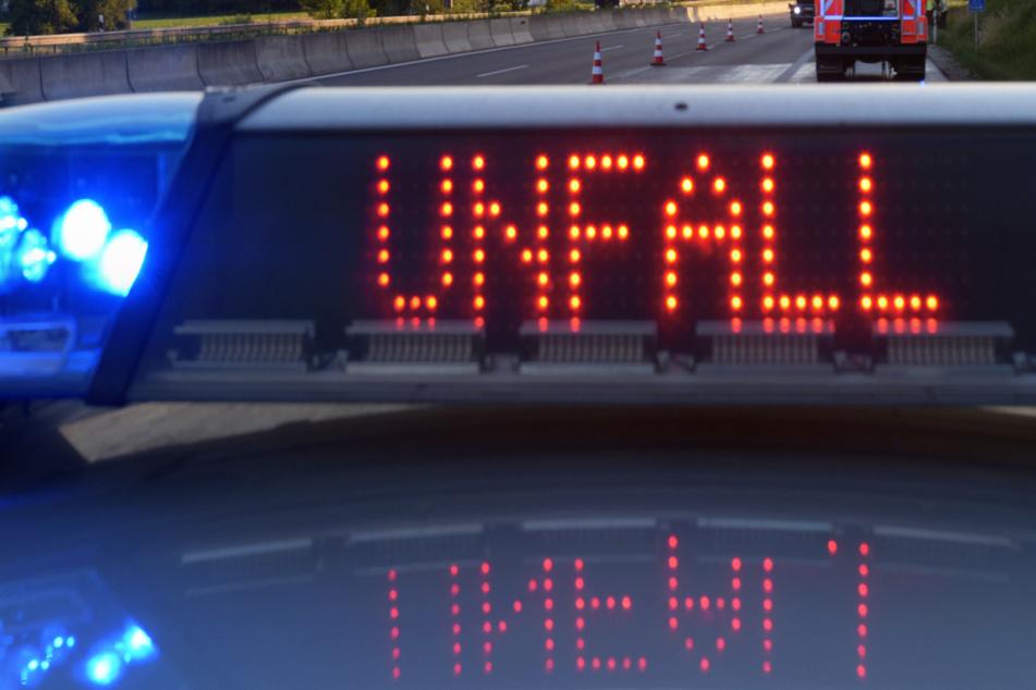 Schwerer Unfall auf der A94 bei München! Zwei Fahrzeuge sind in Bayern kollidiert, vier Menschen wurden verletzt. (Symbolbild)