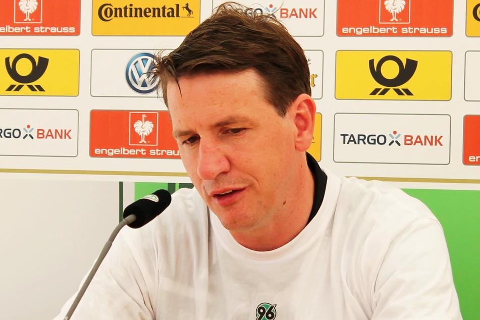 Pressekonferenz eines DFB-Pokalsiegers der A-Junioren: Daniel Stendel (47) gewann mit der U19 von Hannover 96 am 21. Mai 2016 mit 4:2 bei Hertha BSC im Stadion am Wurfplatz.