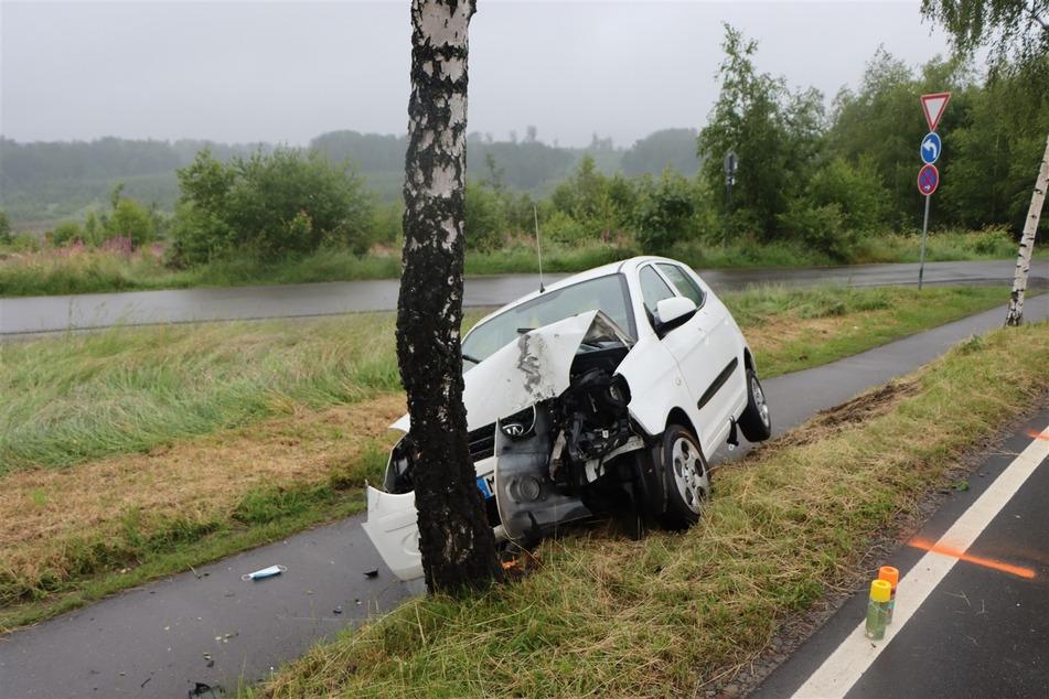 Die Autofahrerin (48) war frontal gegen einen Baum geprallt. Ihr Kia wurde völlig demoliert.