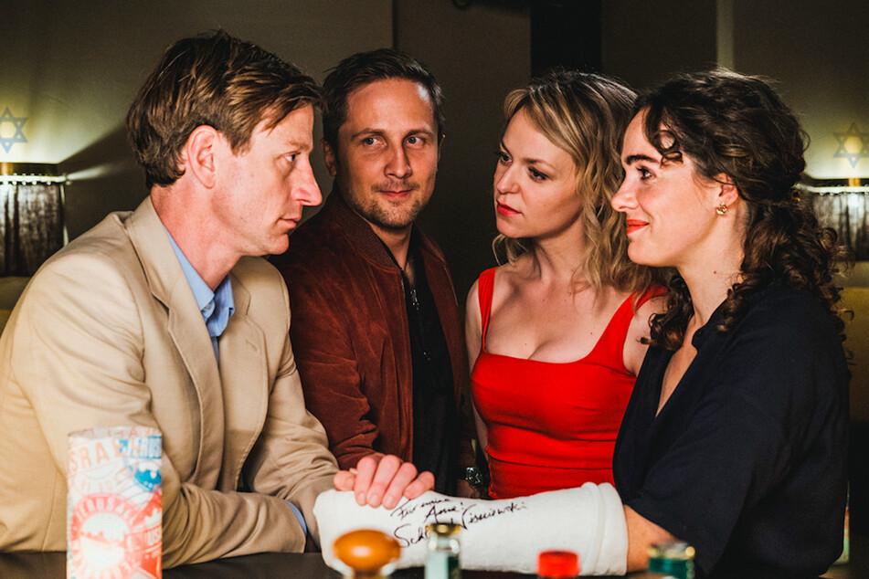 """Daniel (Maxim Mehmet, v.l.n.r.), Tobias (Lasse Myhr), Laura (Lisa Wagner) und Anne (Verena Altenberger) in einer Szene der TV-Komödie """"Schönes Schlamassel""""."""