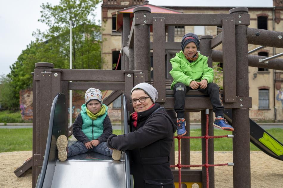 Mutter Julia Dittes (38) ist fassungslos. Einmal die Woche kommt sie mit Kindern Nora (4, l.) und Nils (6) auf den Spielplatz.