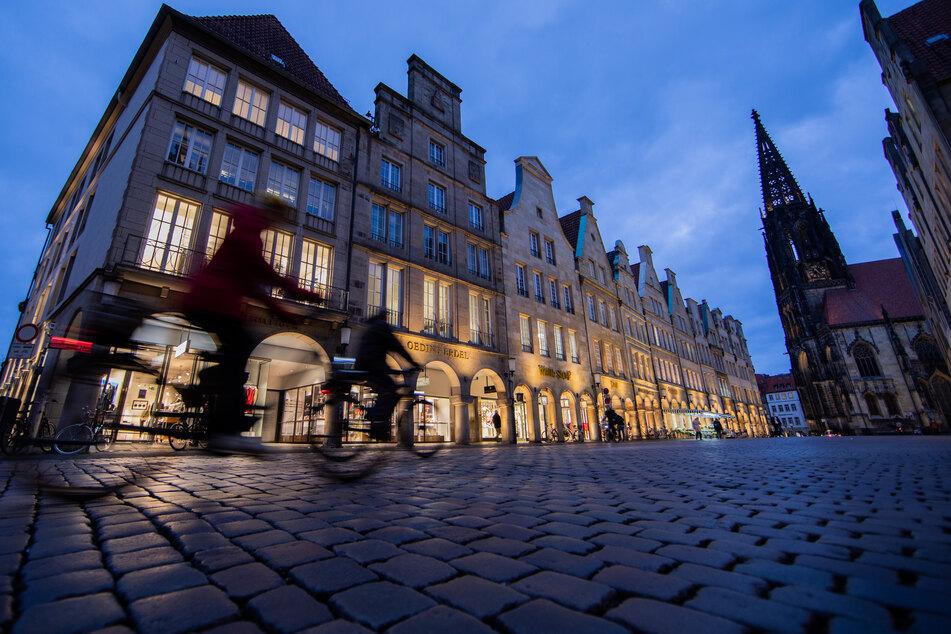 Nur wenige Fahrräder fahren über den Prinzipalmarkt in Münster.