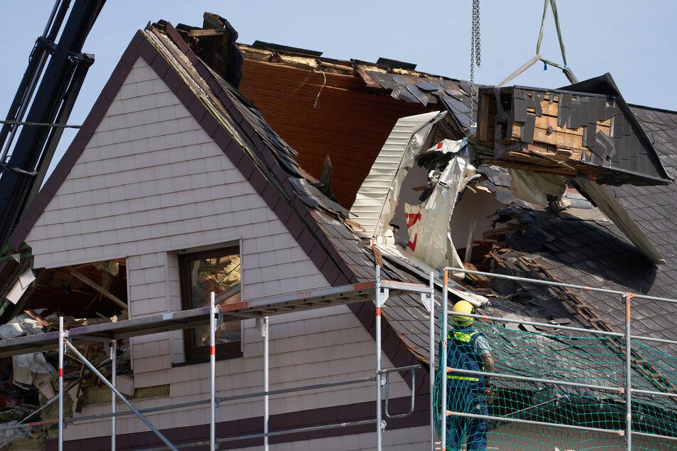 Anwohner merkten nichts: Flugzeug krachte kurz nach dem Start in Wohnhausdach