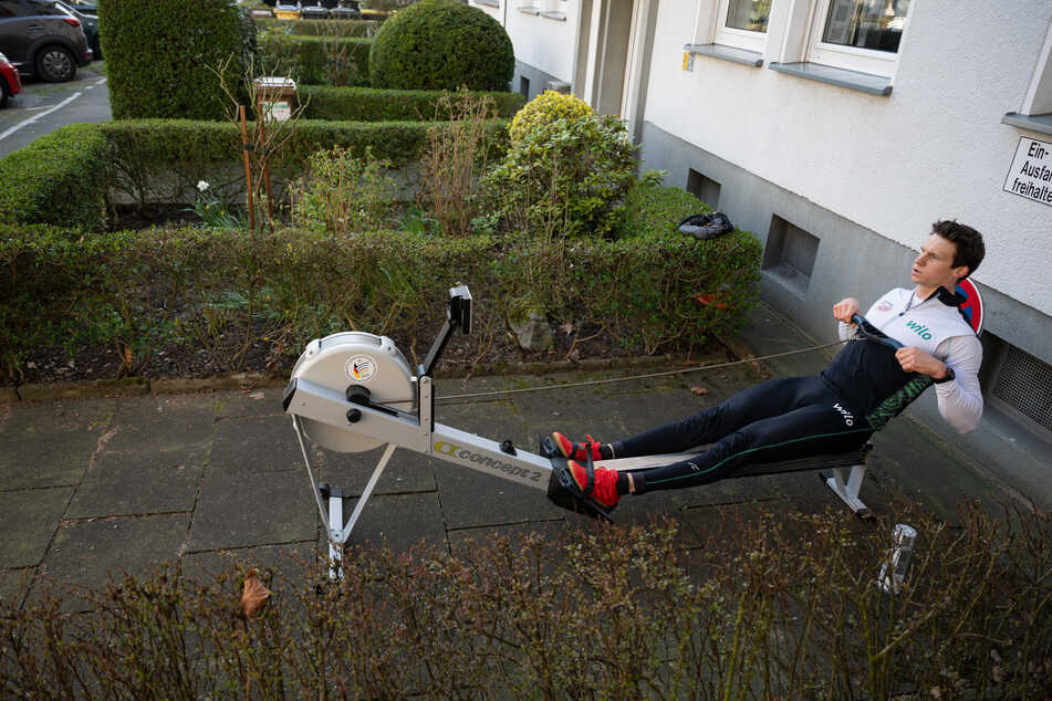 Ruder-Weltmeister Malte Jakschik trainiert auf einem Parkplatz vor seiner Wohnung in Dortmund auf einem Ergometer.